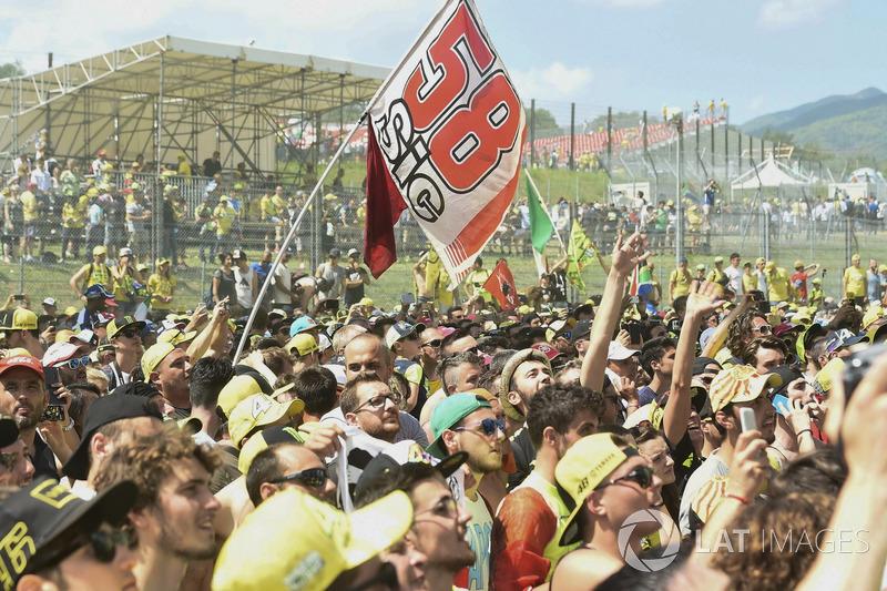 Fans mit Flagge für Marco Simoncelli