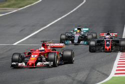 Sebastian Vettel, Ferrari SF70H y Lewis Hamilton, Mercedes-Benz F1 W08