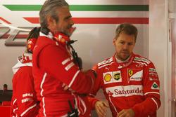 Руководитель команды Ferrari Маурицио Арривабене и Себастьян Феттель