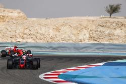 Кевин Магнуссен, Haas F1 VF-17, и Кими Райкконен, Ferrari SF70H
