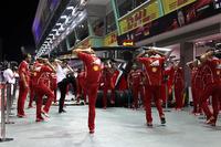 Esercizi di riscaldamento dei meccanici Ferrari