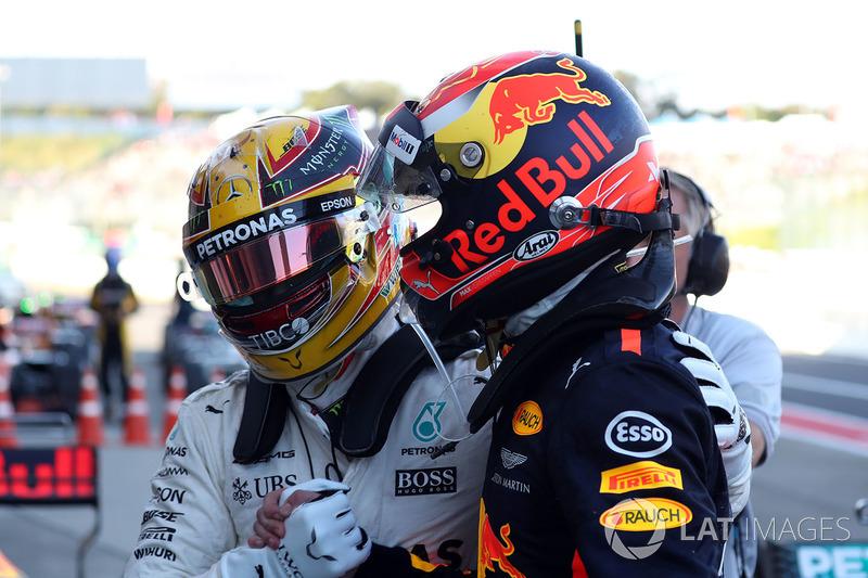Ganador de la carrera Lewis Hamilton, Mercedes AMG F1 celebra con Max Verstappen, Red Bull Racing en parc ferme