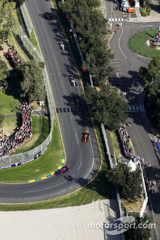 Carlos Sainz Jr., Scuderia Toro Rosso STR12, delante de Fernando Alonso, McLaren MCL32, y Nico Hulkenberg, Renault Sport F1 Team RS17