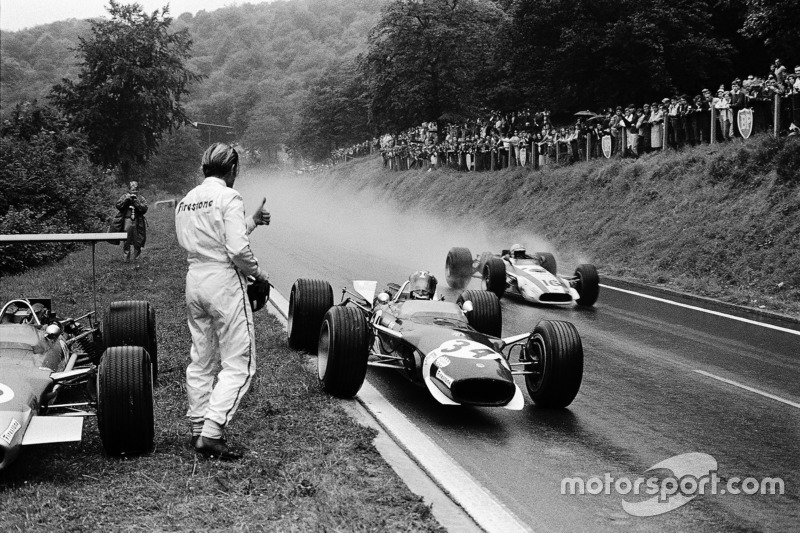 Гонщик Lotus Йо Зіфферт зупинився на узбіччі, щоб взяти сухий візор у Грема Хілла, який зійшов. Повз проїжджає пілот Honda Джон Сьортіз