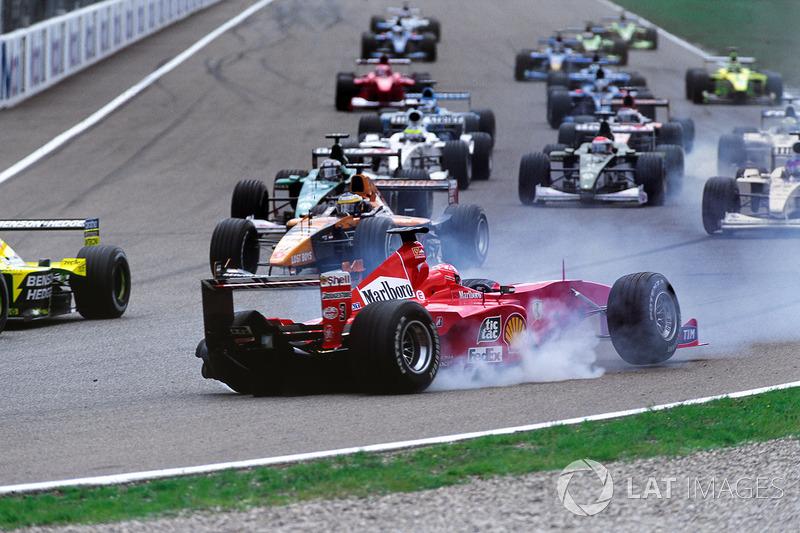 Um ano antes, não teve jeito: na prova que marcou a primeira vitória de Barrichello, foi eliminado logo após uma colisão com Fisichella.