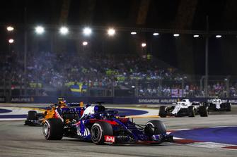 Brendon Hartley, Toro Rosso STR13, leads Stoffel Vandoorne, McLaren MCL33, and Lance Stroll, Williams FW41