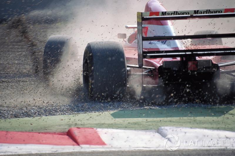 …на последних секундах Бергер попробовал отыграться, но перед эской «Аскари» догнал своего напарника – тот медленно ехал, приветствуя тиффози. Жан и Герхард не поняли друг друга, австрийцу пришлось резко отворачивать в сторону, его Ferrari закрутилась и, совершив пять оборотов, врезалась в барьер.