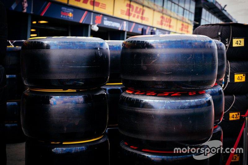 Pneumatici Pirelli con il battistrada lucido