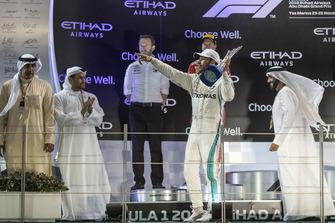 Lewis Hamilton, Mercedes AMG F1, festeggia sul podio, con il trofeo