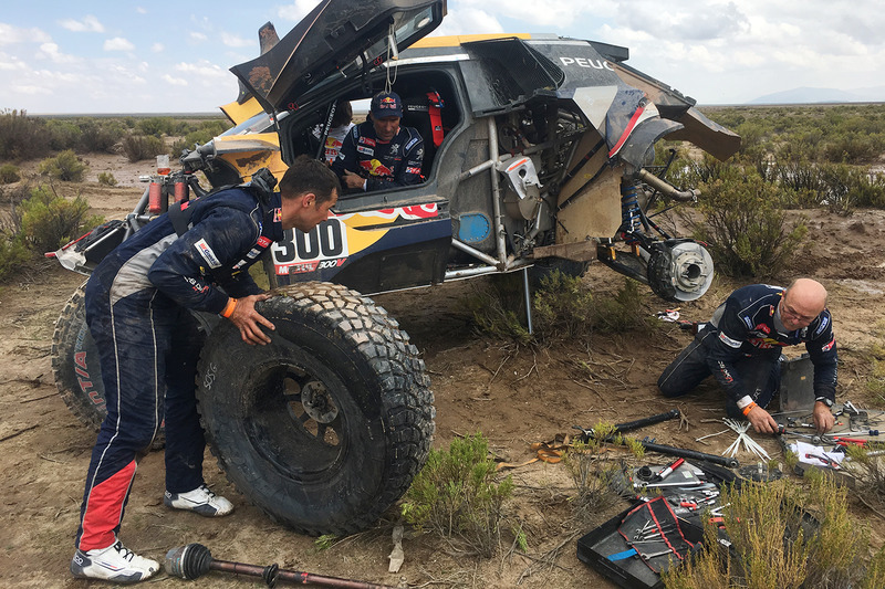 3. #300 Peugeot Sport Peugeot 3008 DKR: Stéphane Peterhansel, Jean-Paul Cottret gets help from Cyril Despres, David Castera