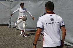 Charles Leclerc, Sauber se calienta jugando al futbol
