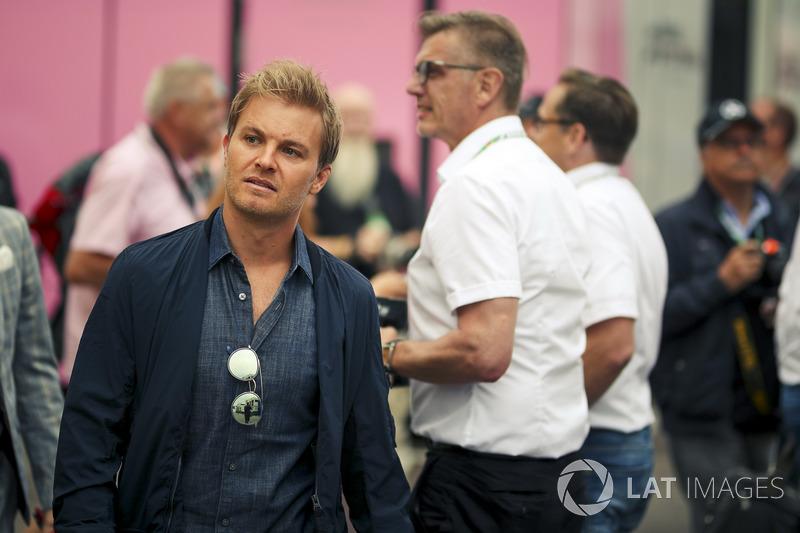 """Nico Rosberg: """"Ele [Hamilton] pode seriamente perseguir os recordes de Schumacher agora. Ele tem mais dois anos de contrato e Schumi tem apenas dois títulos e 20 vitórias de vantagem."""""""