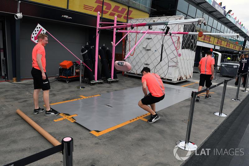 Force India pit box hazırlıkları