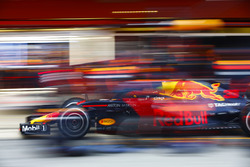 Max Verstappen, Red Bull Racing RB14, pit stop