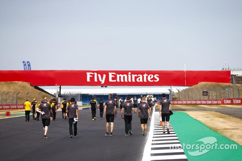 Kevin Magnussen, Haas F1 Team, cammina lungo il circuito con i colleghi