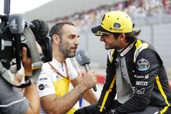 Cyril Abiteboul, directeur général de Renault Sport F1 Team, interviewe Carlos Sainz Jr., Renault Sport F1 Team, sur la grille