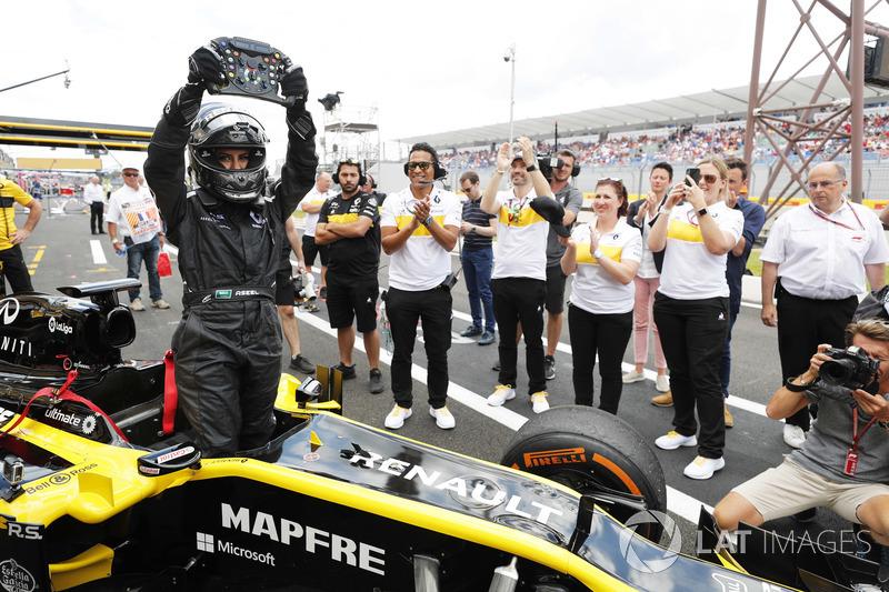 Aseel Al-Hamad kembali ke pit setelah mengemudikan mobil Formula 1 Lotus E20 Renault