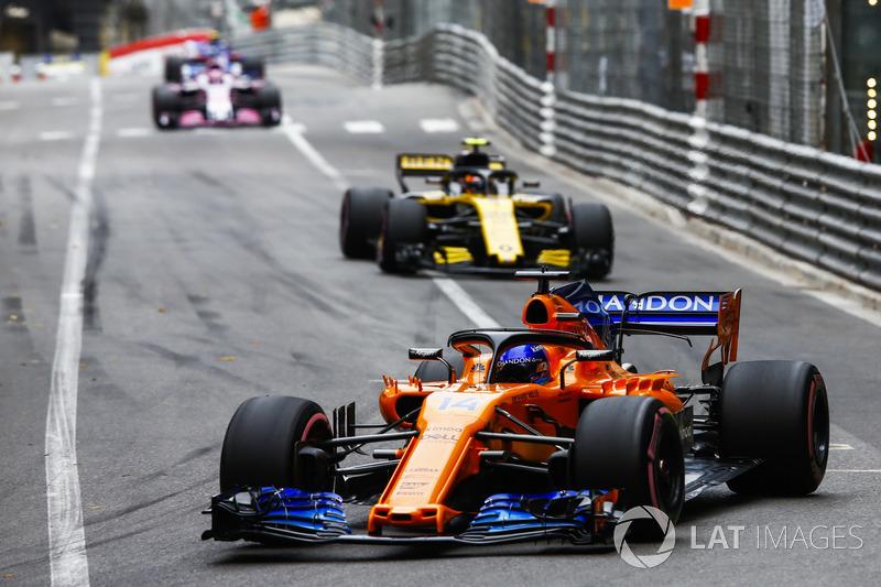 Fernando Alonso, McLaren MCL33, precede Carlos Sainz Jr., Renault Sport F1 Team R.S. 18