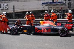 Эвакуация с трассы разбитого автомобиля RB14 Макса Ферстаппена, Red Bull Racing