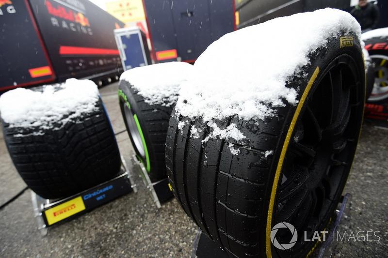 Pneus Pirelli cobertos de neve