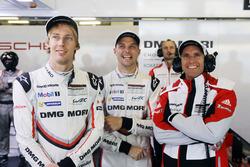 Гонщики Porsche Team Тимо Бернхард, Брендон Хартли и Эрл Бамбер