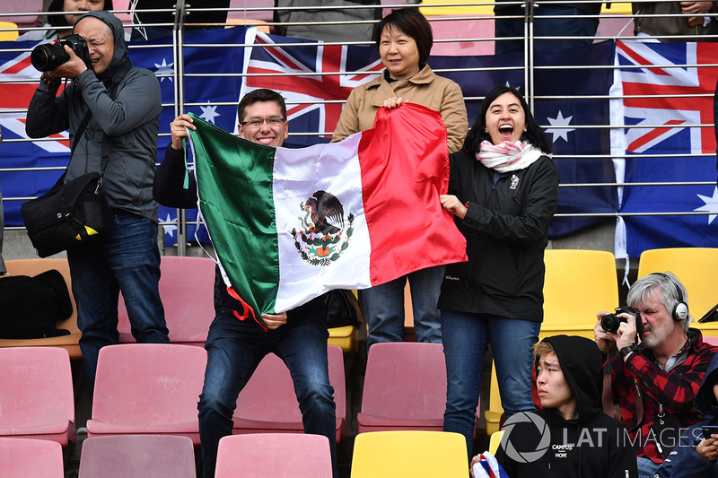Fans and Mexican flag