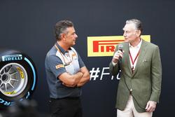 Mario Isola, Racing Manager, Pirelli Motorsport, Sean Bratches, Managing Director of Commercial Operations, Formula One Group, met de nieuwe bandensoorten voor 2018
