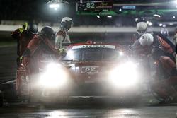 #62 Risi Competizione Ferrari 488 GTE, GTLM: Alessandro Pier Guidi, Toni Vilander, James Calado, Davide Rigon, pit stop