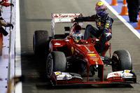 Fernando Alonso, Ferrari F138, lleva sobre su coche a Mark Webber, Red Bull Racing
