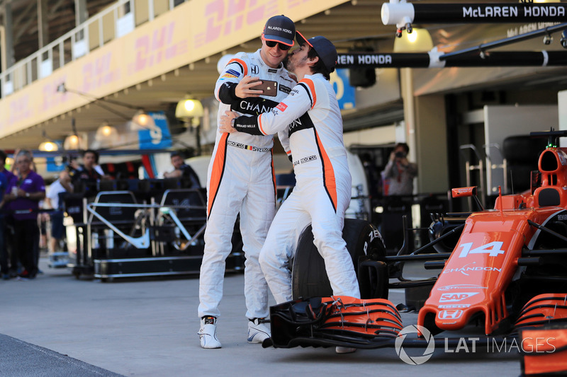 Фернандо Алонсо целует Стоффеля Вандорна на командной фотосессии McLaren