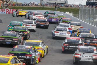 Kyle Busch, Joe Gibbs Racing, Toyota Camry M&M, guida il gruppo in Curva 2