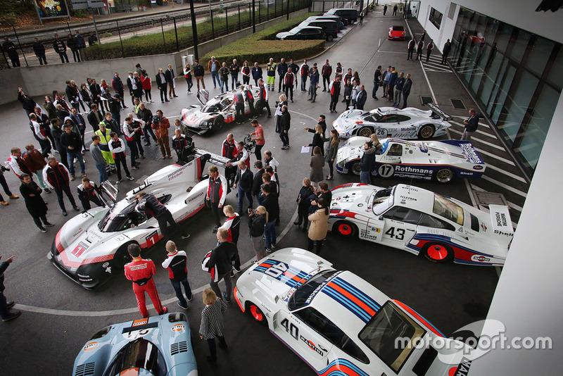 Porsche 919 Hybrid Evo vor dem Porsche-Museum in Stuttgart