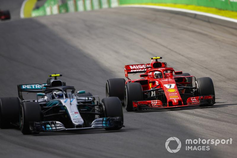 Кімі Райкконен, Ferrari SF71H, атакує Валттері Боттаса, Mercedes AMG F1 W09.
