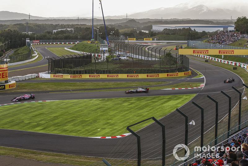 Esteban Ocon, Racing Point Force India VJM11 y Kevin Magnussen, Haas F1 Team VF-18