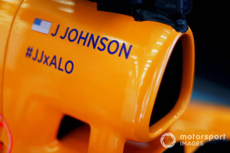Il nome di Jimmie Johnson sull'airbox di una McLaren
