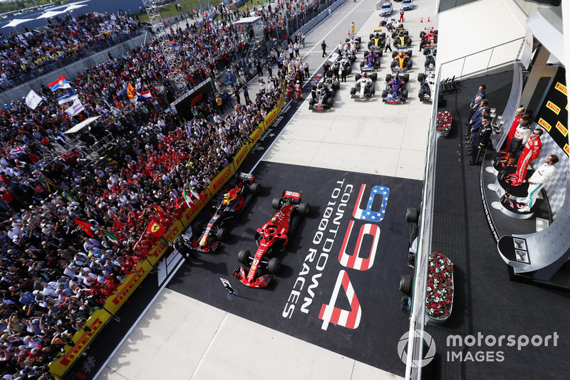 Kimi Raikkonen, Ferrari SF71H, festeggia sul podio con Max Verstappen, Red Bull Racing RB14, e Lewis Hamilton, Mercedes AMG F1 W09 EQ Power+