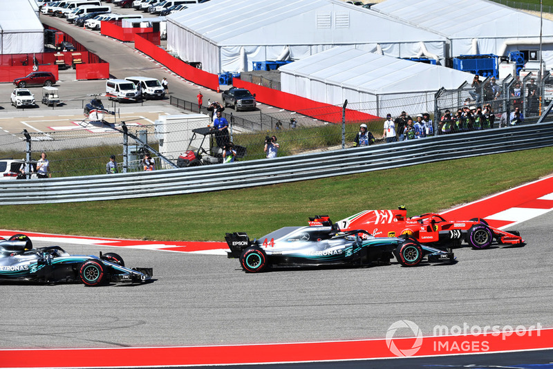 Kimi Raikkonen, Ferrari SF71H and Lewis Hamilton, Mercedes-AMG F1 W09 EQ Power+ battle at the start of the race