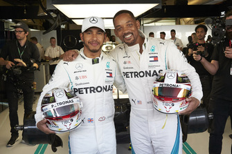 Lewis Hamilton, Mercedes AMG F1 et Will Smith posent dans le garage Mercedes