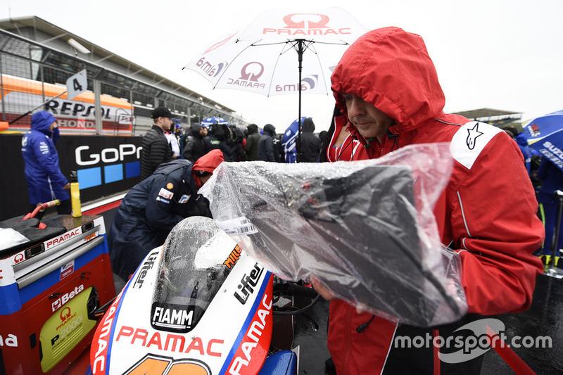 Miembro del Pramac Ducati cubre la moto