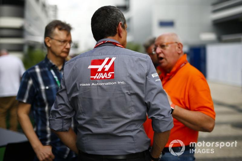 Руководитель Haas F1 Team Гюнтер Штайнер и репортер Дитер Ренкен