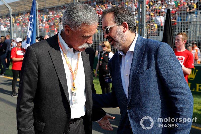 Chase Carey, presidente de la Formula 1, y Rt Hon Martin Pakula MP, ministro australiano