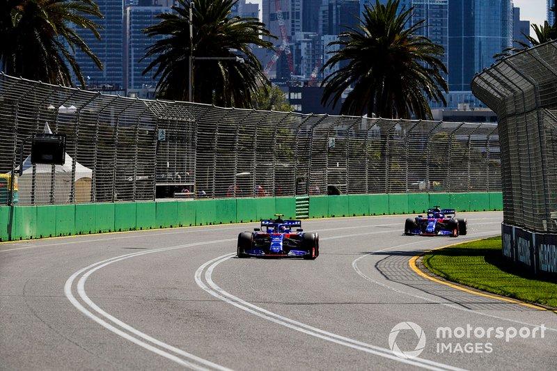 Alexander Albon, Toro Rosso STR14, precede Daniil Kvyat, Toro Roso STR14