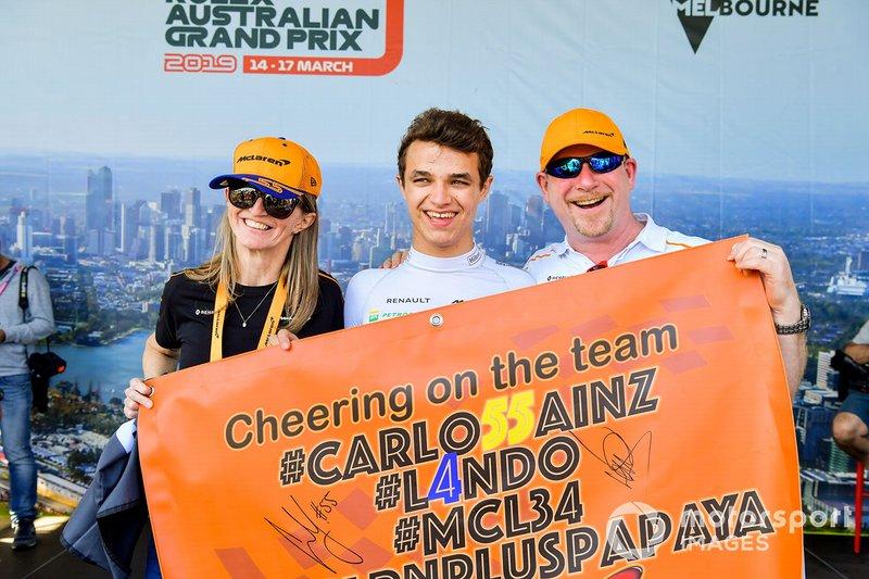 Lando Norris, McLaren, posa con due tifosi