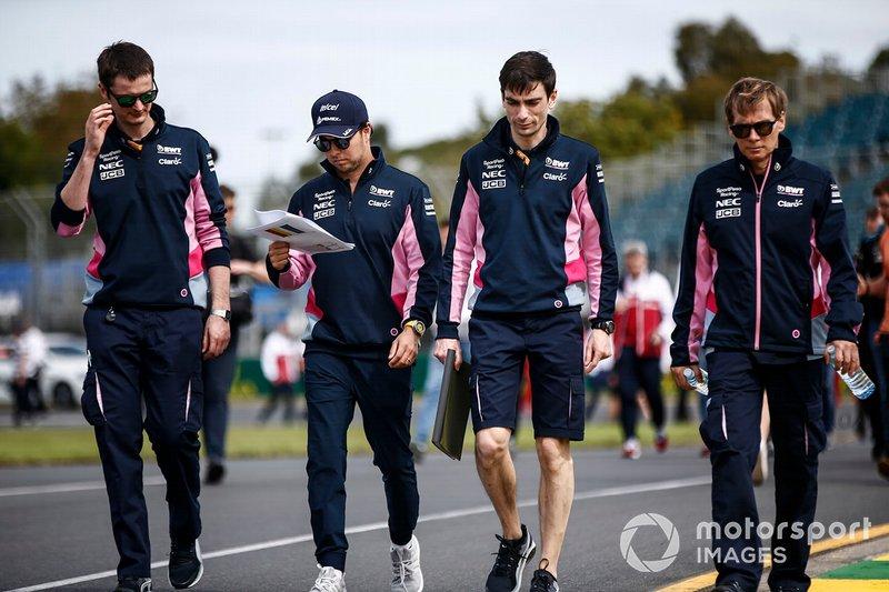 Sergio Perez, Racing Point, ispeziona il circuito con il suo team