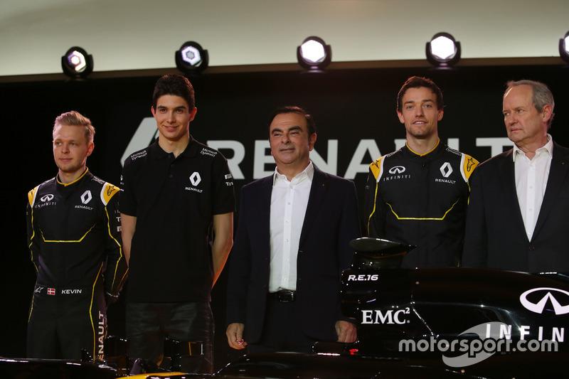 Kevin Magnussen, Renault F1 Team con Esteban Ocon, piloto de pruebas de Renault F1 Team; Carlos Ghos