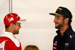 Sebastian Vettel, Scuderia Ferrari habla con Daniel Ricciardo, Red Bull Racing