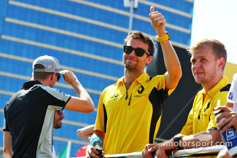 Jolyon Palmer, Renault Sport F1 Team y Kevin Magnussen, Renault Sport F1 Team en el desfile de pilotos