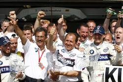 El segundo puesto Nick Heidfeld, BMW Sauber F1.08, ganador Robert Kubica, BMW Sauber F1.08, Mario Theissen, director de BMW Motorsport y Willy Rampf, director técnico de BMW Sauber, celebran con su equipo