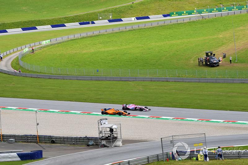 Stoffel Vandoorne, McLaren MCL33 dan Esteban Ocon, Force India VJM11