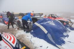 El # 94 Volkswagen I.D. R Pikes Peak está cubierto durante la nieve